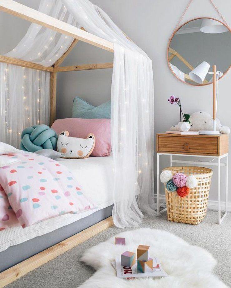 habitación con toques de color y madera